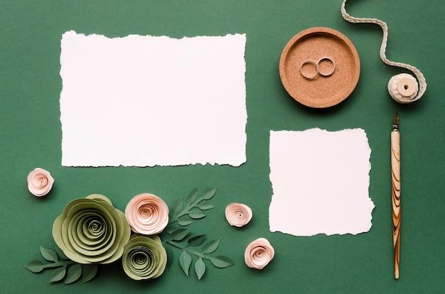 Leere karten mit floralen papierornamenten