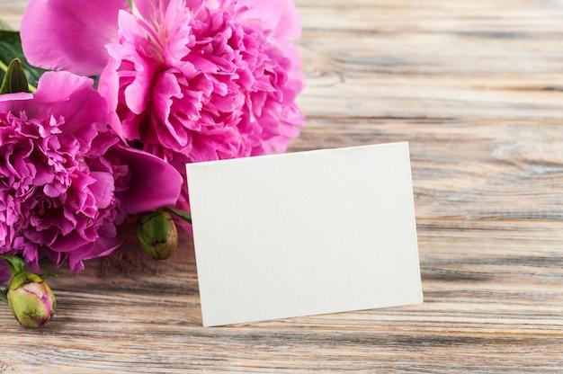 Leere karten- und pfingstrosenblumen