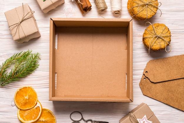 Leere kartonschachtel, weihnachtskonzept Premium Fotos
