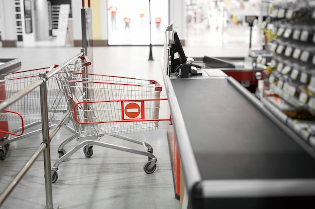 Leere kasse mit geschlossener grenzlinie im supermarkt.