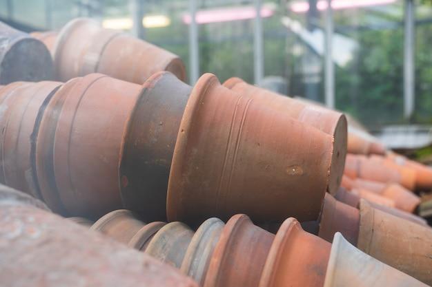 Leere keramik-ton-terrakotta-blumentöpfe zum verkauf im einzelhandel, der zimmerpflanzen im grünen anbaut