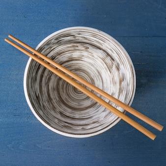 Leere keramikschale mit stäbchen