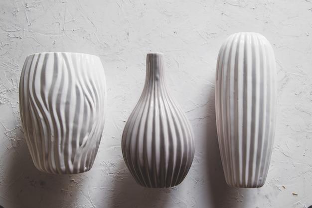 Leere keramikvase in grauer farbe.