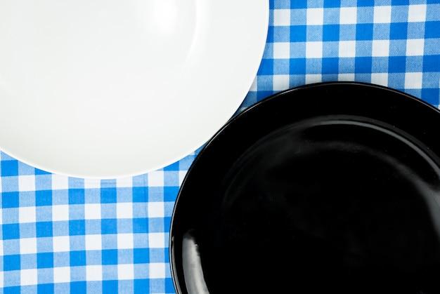 Leere keramische platte oder teller auf abendtische