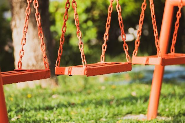Leere kettenschaukel im kinderspielplatz.