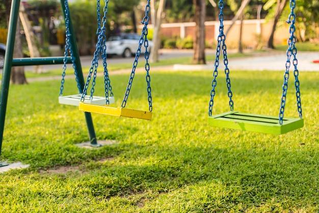 Leere kettenschaukel im kinderspielplatz