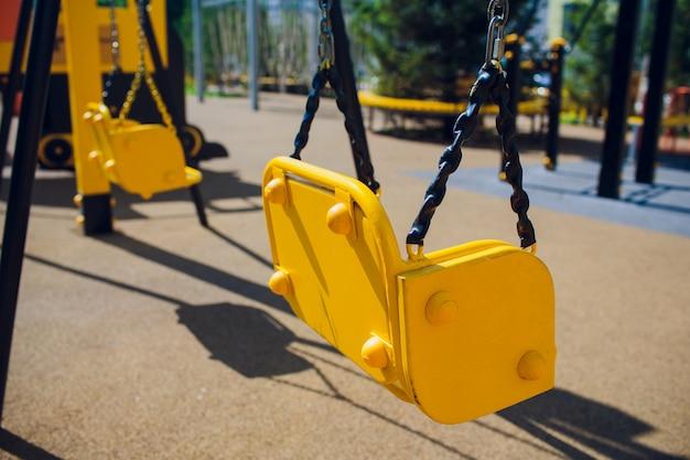 Leere kettenschaukelschaukeln im kinderspielplatz.