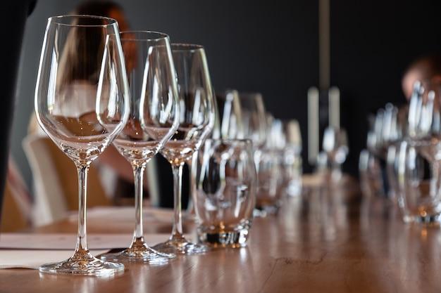 Leere klare kristallweingläser der nahaufnahme. moderne einstellung des konzeptes auf hintergrundberufsdegustation mit sommelier