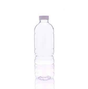 Leere klare trinkwasserflasche.