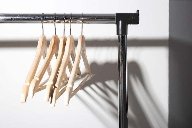 Leere kleiderbügel auf schlichtem, bewusstem konsum slow-fashion-konzept minimalistisch