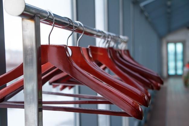 Leere kleiderbügel im laden, der verkauf ist beendet, kleiderschrank in einem restaurant oder café