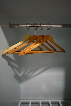 Leere kleiderbügel im schrank