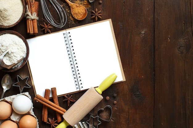 Leere kochbuch, zutaten und utensilien draufsicht