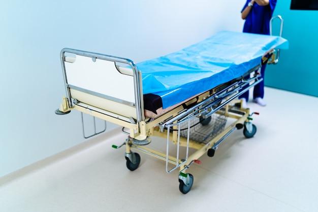 Leere krankenhaushalle mit chirurgischer transportausrüstung.