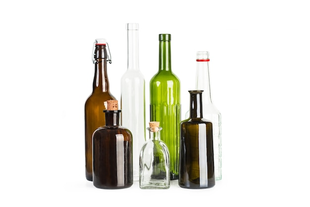 Leere kristallflaschen auf weißem hintergrund