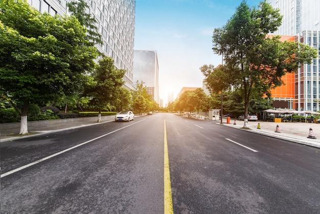 Leere landstraße mit stadtbild und skylinen von chengdu, china