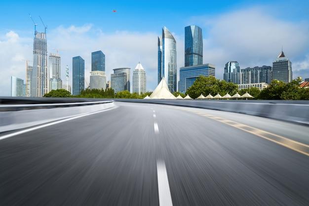 Leere landstraße mit stadtbild und skylinen von qingdao, china.