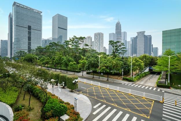 Leere landstraße mit stadtbild und skylinen von shenzhen, china.