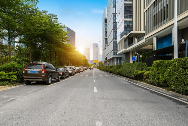 Leere landstraße mit stadtbild und skylinen von shenzhen, china