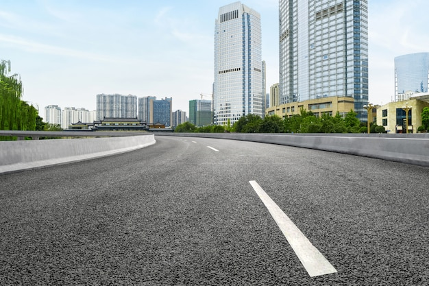 Leere landstraße mit stadtbild von chengdu, china