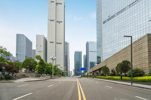 Leere landstraße mit stadtbild von chongqing, china