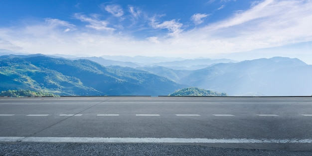 Leere landstraßenasphaltstraße und schöner himmel