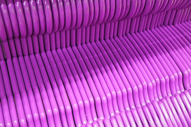 Leere lebendige lila kleiderbügel aufgereiht