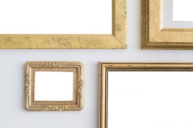Leere leere goldene rahmen auf weißem hintergrund.