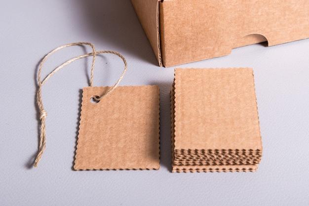 Leere leere kartonetiketten mit loch und seil leeren