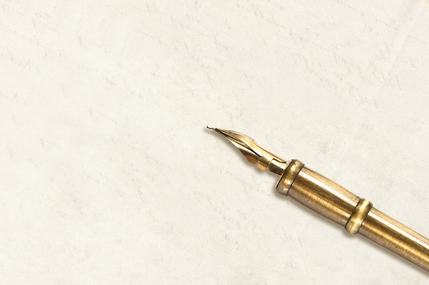 Leere leere papierseite mit tintenstift