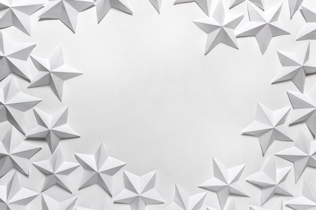 Leere leerstelle mit gefalteten origami-sternen
