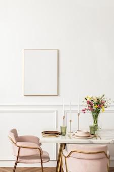 Leere leinwand neben einem esstisch in einem modernen esszimmer im boho-chic-stil