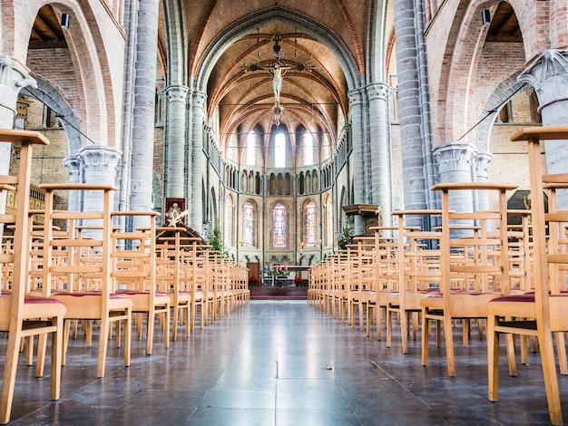 Leere liebfrauenkirche (13. jahrhundert) in lissewege, belgien