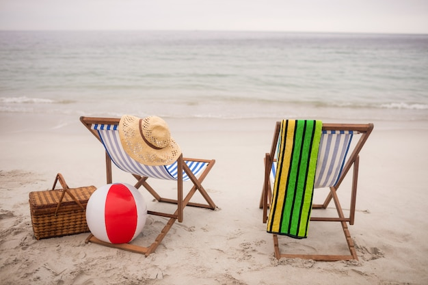 Leere liegestühle und sterne fisch am strand