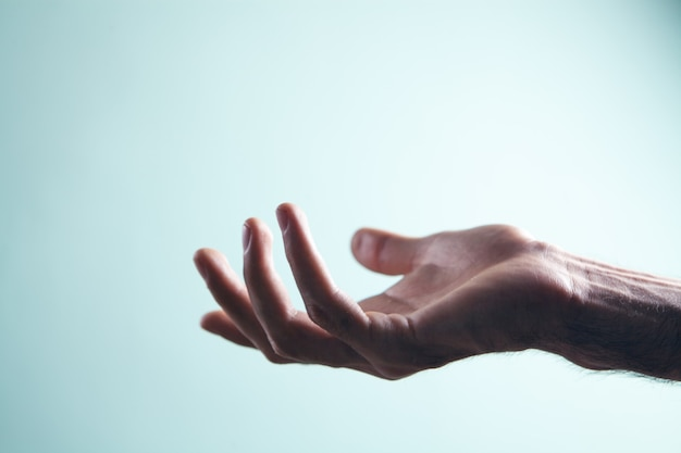 Leere männliche handfläche als ständer