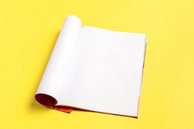 Leere magazin- oder katalogseite auf gelbem hintergrund