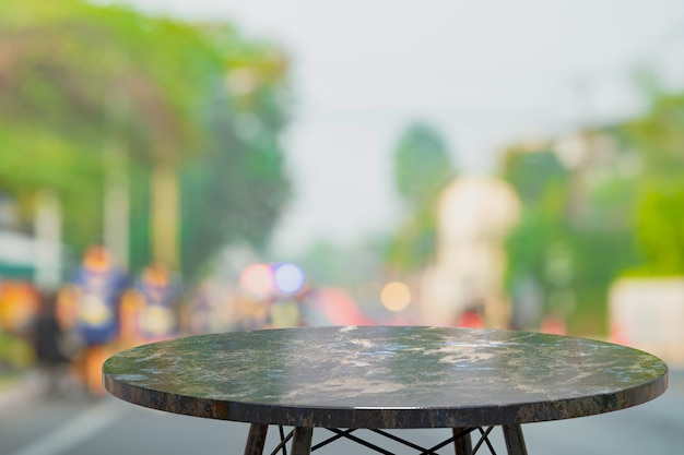 Leere marmortabelle zur anzeige von produkten vor dem abstrakten unschärfehintergrund des kaffeehauses