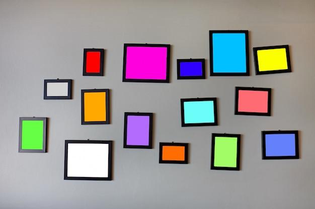 Leere multi farbe in den fotorahmen auf grauer zementwand