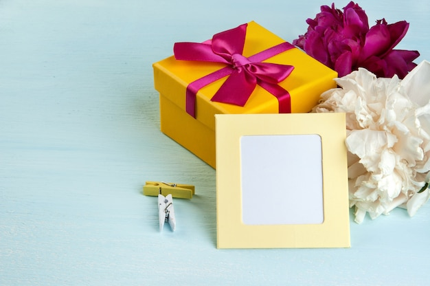 Leere notiz, gelbe geschenkbox mit schleife