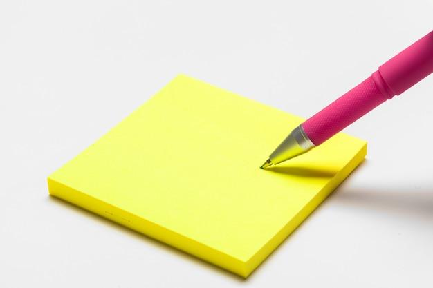 Leere notizblockanmerkung mit stiftabschluß oben