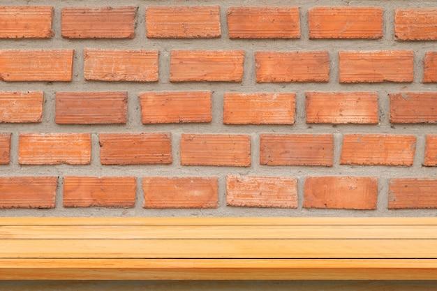 Leere obere holzregale und steinmauer hintergrund. perspektive braun holz regale über steinmauer hintergrund. - kann für die anzeige oder montage ihrer produkte verwendet werden.mock up für die anzeige des produkts.