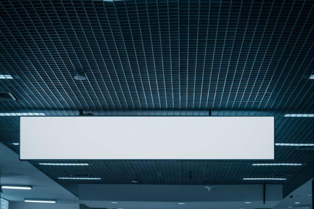 Leere obere werbungsanschlagtafel bahn der öffentlichen korridore für modell
