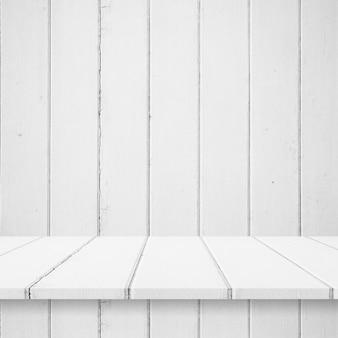 Leere oberste hölzerne regale oder tabelle auf wandhintergrund.