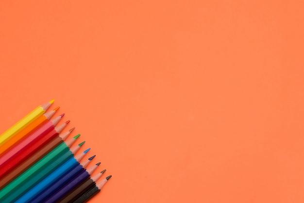 Leere orangefarbene buntstifte