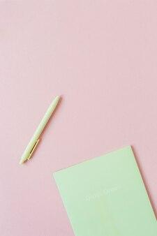 Leere papierblätter mit leerem kopierraum für text, stift auf rosa