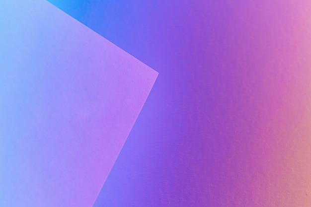 Leere papierbögen in einer neonpurpurnen beleuchtung gerollt