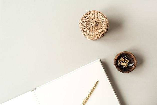 Leere papierbögen mit leerem kopierraum für text, stift, strohschatulle, clips auf beige