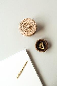 Leere papierbögen mit leerem kopierraum für text, stift, strohschatulle, clips auf beiger oberfläche