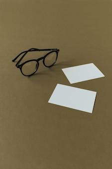 Leere papierbögen und gläser auf olivgrüner oberfläche