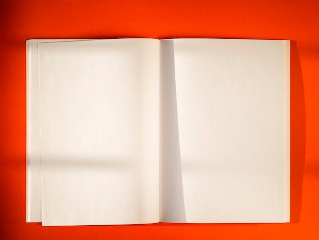 Leere papiere der nahaufnahme auf rotem hintergrund